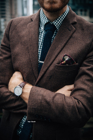 Cómo combinar: blazer de lana de espiguilla marrón, camisa de manga larga de cuadro vichy en blanco y azul marino, corbata de punto azul marino, pañuelo de bolsillo con print de flores burdeos