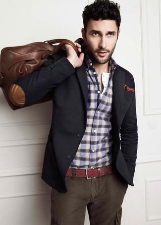 Cómo combinar: blazer en gris oscuro, camisa de manga larga de tartán azul, pantalón cargo en gris oscuro, bolsa de viaje de cuero marrón