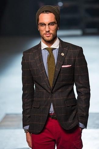 Cómo combinar: blazer a cuadros en marrón oscuro, camisa de manga larga de rayas verticales celeste, pantalón cargo burdeos, gorro verde oliva