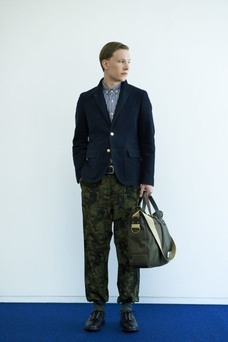 Cómo combinar: blazer de algodón azul marino, camisa de manga larga de rayas verticales en azul marino y blanco, pantalón chino de camuflaje verde oliva, zapatos derby de cuero negros