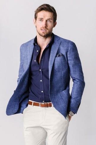 Cómo combinar una camisa de manga larga azul: Para crear una apariencia para un almuerzo con amigos en el fin de semana haz de una camisa de manga larga azul y un pantalón chino blanco tu atuendo.