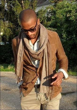 Cómo combinar: blazer de ante marrón, camisa de manga larga blanca, pantalón chino marrón claro, bufanda marrón claro