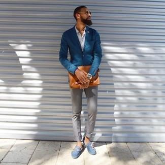 Cómo combinar: blazer azul, camisa de manga larga blanca, pantalón chino gris, mocasín de ante celeste