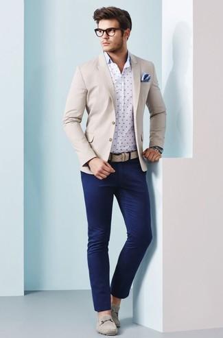 Cómo combinar: blazer en beige, camisa de manga larga a lunares en blanco y azul marino, pantalón chino azul marino, mocasín de ante en beige