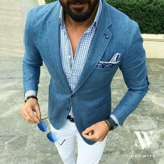 Cómo combinar: blazer azul, camisa de manga larga de cuadro vichy celeste, pantalón chino blanco, pañuelo de bolsillo de paisley azul