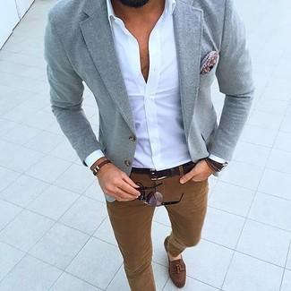Cómo combinar: blazer gris, camisa de manga larga blanca, pantalón chino en tabaco, mocasín con borlas de ante marrón