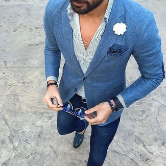 Cómo combinar: blazer azul, camisa de manga larga a lunares blanca, pantalón chino azul marino, mocasín con borlas de cuero azul marino