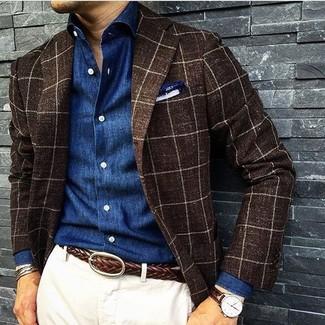 Cómo combinar: blazer de lana a cuadros en marrón oscuro, camisa de manga larga de cambray azul, pantalón chino blanco, pañuelo de bolsillo blanco