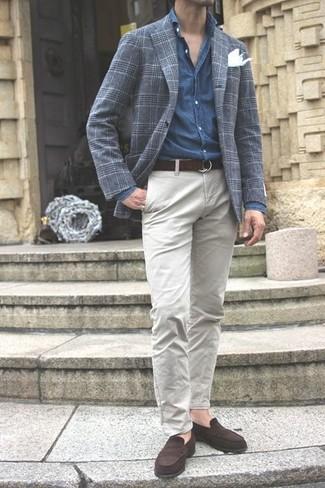 Cómo combinar: blazer de tartán en gris oscuro, camisa de manga larga de cambray azul, pantalón chino gris, mocasín de cuero en marrón oscuro
