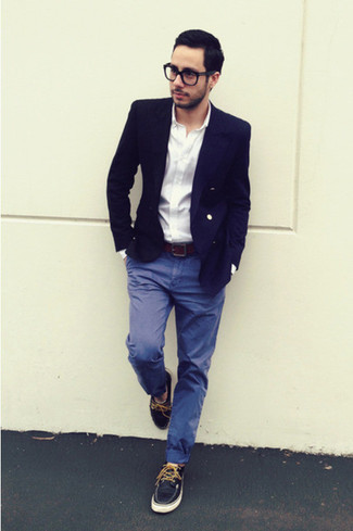 Look de moda: Blazer azul marino, Camisa de manga larga blanca, Pantalón chino azul, Náuticos de cuero azul marino