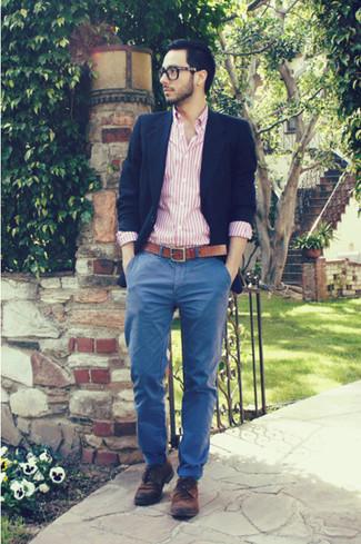 Cómo combinar: blazer azul marino, camisa de manga larga de rayas verticales rosada, pantalón chino azul, zapatos derby de ante marrónes
