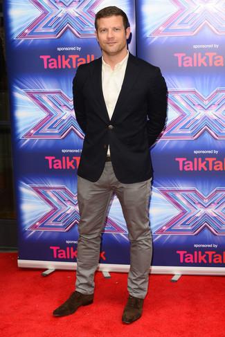 Look de Dermot O'Leary: Blazer Negro, Camisa de Manga Larga Blanca, Pantalón Chino Gris, Zapatos Oxford de Ante en Marrón Oscuro
