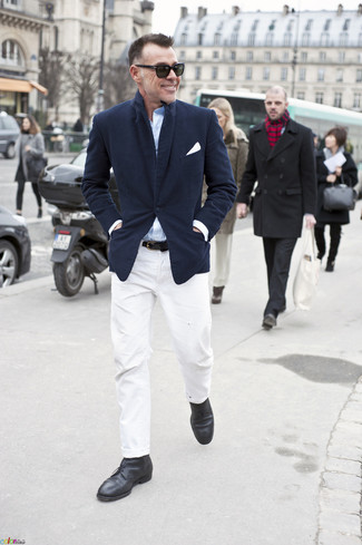Cómo combinar: blazer azul marino, camisa de manga larga celeste, pantalón chino blanco, botas safari de cuero negras