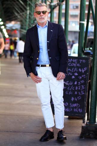 Look de Nick Wooster: Blazer Azul Marino, Camisa de Manga Larga Celeste, Pantalón Chino Blanco, Zapatos Derby de Cuero Negros
