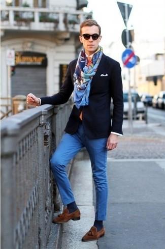 Look de moda: Blazer azul marino, Camisa de manga larga blanca, Pantalón chino azul, Mocasín con borlas de ante marrón
