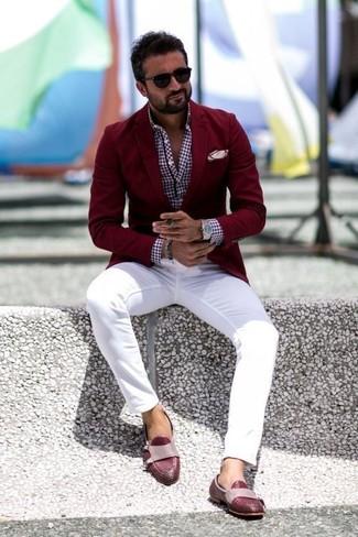 Cómo combinar: blazer burdeos, camisa de manga larga de cuadro vichy burdeos, pantalón chino blanco, mocasín de cuero burdeos