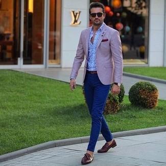 Cómo combinar: blazer rosado, camisa de manga larga de paisley celeste, pantalón chino azul marino, mocasín con borlas de cuero en marrón oscuro