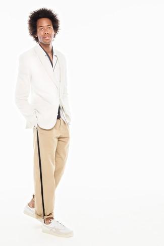 Cómo combinar: blazer blanco, camisa de manga larga blanca, pantalón chino marrón claro, tenis de cuero blancos