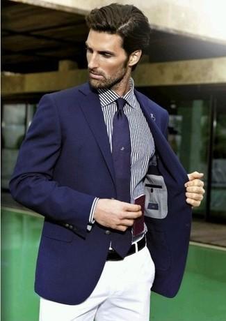 Look de moda: Blazer azul marino, Camisa de manga larga de rayas verticales azul marino, Pantalón chino blanco, Corbata azul marino