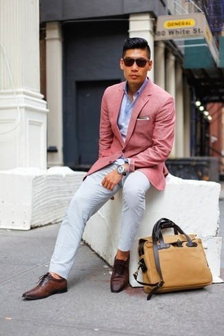 Cómo combinar: blazer rosado, camisa de manga larga celeste, pantalón chino blanco, zapatos oxford de cuero en marrón oscuro