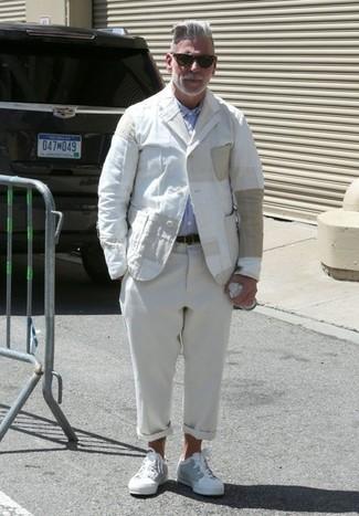 Cómo combinar: blazer de lino blanco, camisa de manga larga celeste, pantalón chino de lino en beige, tenis blancos