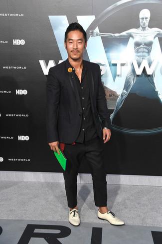 Cómo combinar: blazer negro, camisa de manga larga negra, pantalón chino negro, zapatos derby de cuero blancos