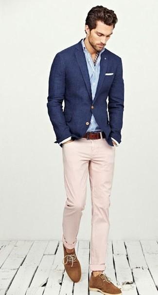 Cómo combinar: blazer azul marino, camisa de manga larga de rayas verticales en blanco y azul, pantalón chino en beige, zapatos derby de ante en tabaco