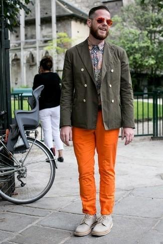 Cómo combinar: blazer de algodón verde oliva, camisa de manga larga de paisley en multicolor, pantalón chino naranja, zapatos derby de lona grises