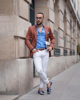 Cómo combinar: blazer en tabaco, camisa de manga larga azul, pantalón chino blanco, mocasín con borlas de lona estampado azul marino