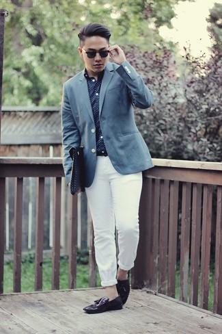 Cómo combinar una camisa de manga larga azul: Considera ponerse una camisa de manga larga azul y un pantalón chino blanco para un almuerzo en domingo con amigos. ¿Te sientes valiente? Elige un par de mocasín con borlas de cuero morado oscuro.