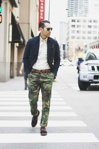 Cómo combinar: blazer de algodón azul marino, camisa de manga larga a cuadros blanca, pantalón chino de camuflaje verde oliva, zapatos oxford de cuero marrónes