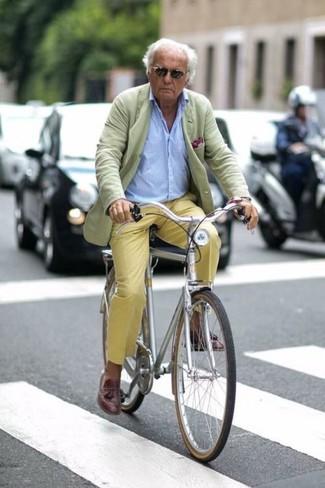 Cómo combinar: blazer en verde menta, camisa de manga larga celeste, pantalón chino amarillo, mocasín con borlas de cuero en marrón oscuro