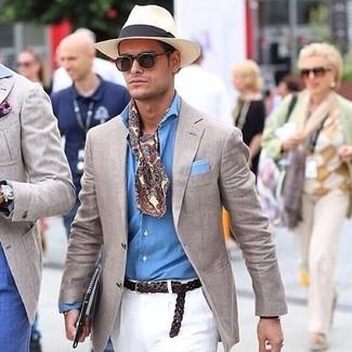 Cómo combinar: blazer en beige, camisa de manga larga de cambray celeste, pantalón chino blanco, sombrero de paja en beige