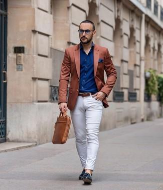 Cómo combinar: blazer en tabaco, camisa de manga larga azul marino, pantalón chino blanco, mocasín con borlas de cuero negro