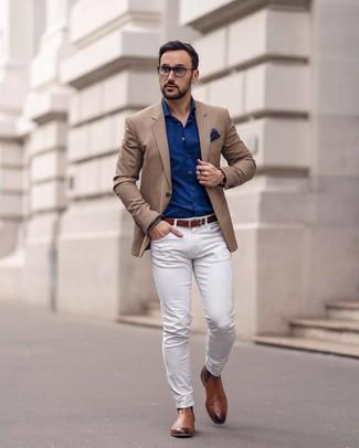 Cómo combinar: blazer marrón claro, camisa de manga larga azul marino, pantalón chino blanco, botines chelsea de cuero marrónes