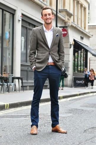 Look de moda: Blazer de lana gris, Camisa de manga larga blanca, Pantalón chino azul marino, Zapatos oxford de cuero marrón claro