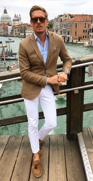 Cómo combinar: blazer marrón, camisa de manga larga celeste, pantalón chino blanco, mocasín con borlas de ante marrón
