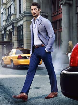 Cómo combinar: blazer de lino celeste, camisa de manga larga blanca, pantalón chino azul marino, zapatos oxford de cuero marrónes