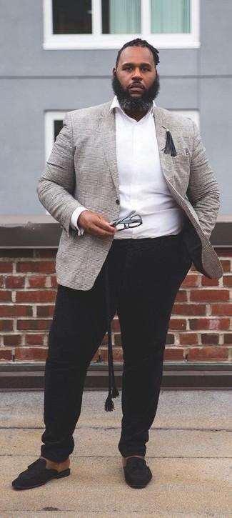 Cómo combinar: blazer de tartán gris, camisa de manga larga blanca, pantalón chino negro, mocasín con borlas de ante negro