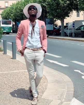 Cómo combinar: blazer rosado, camisa de manga larga blanca, pantalón chino blanco, mocasín con borlas de ante en beige