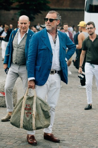 Cómo combinar: blazer de algodón en verde azulado, camisa de manga larga de lino blanca, pantalón chino blanco, mocasín de cuero marrón