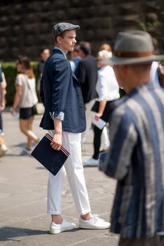 Cómo combinar: blazer azul marino, camisa de manga larga de cuadro vichy en blanco y azul marino, pantalón chino blanco, tenis de cuero blancos