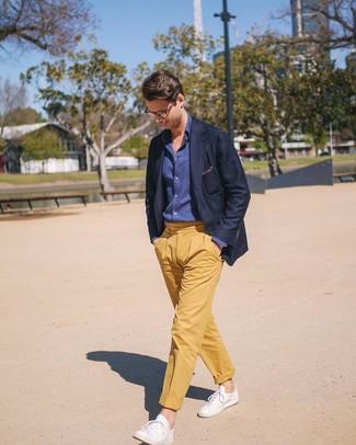 Cómo combinar: blazer azul marino, camisa de manga larga de cambray azul marino, pantalón chino amarillo, tenis de cuero blancos