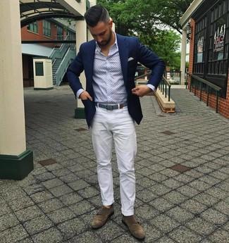 Cómo combinar unos zapatos con doble hebilla de ante marrónes: Si buscas un estilo adecuado y a la moda, usa un blazer azul marino y un pantalón chino blanco. Con el calzado, sé más clásico y elige un par de zapatos con doble hebilla de ante marrónes.