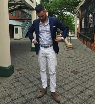 Cómo combinar unos zapatos con doble hebilla de ante marrónes: Considera emparejar un blazer azul marino junto a un pantalón chino blanco para después del trabajo. ¿Te sientes valiente? Completa tu atuendo con zapatos con doble hebilla de ante marrónes.