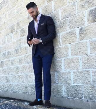 Cómo combinar: blazer a cuadros en gris oscuro, camisa de manga larga de rayas verticales rosada, pantalón chino azul marino, mocasín de ante negro