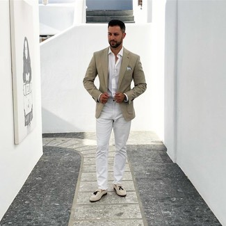 Cómo combinar: blazer en beige, camisa de manga larga blanca, pantalón chino blanco, mocasín con borlas de ante en beige