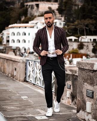 Cómo combinar un blazer de rayas verticales en negro y blanco: Si buscas un estilo adecuado y a la moda, ponte un blazer de rayas verticales en negro y blanco y un pantalón chino negro. Si no quieres vestir totalmente formal, opta por un par de tenis de cuero blancos.