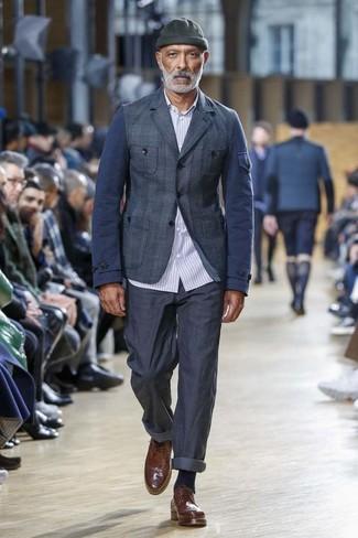 Cómo combinar: blazer de tartán azul marino, camisa de manga larga de rayas verticales celeste, pantalón chino azul marino, zapatos brogue de cuero marrónes