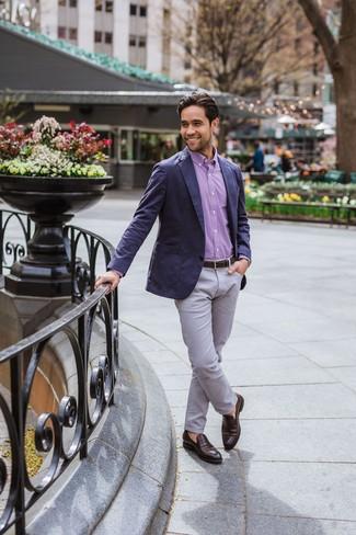 Cómo combinar: blazer azul marino, camisa de manga larga de cuadro vichy morado, pantalón chino gris, mocasín de cuero en marrón oscuro